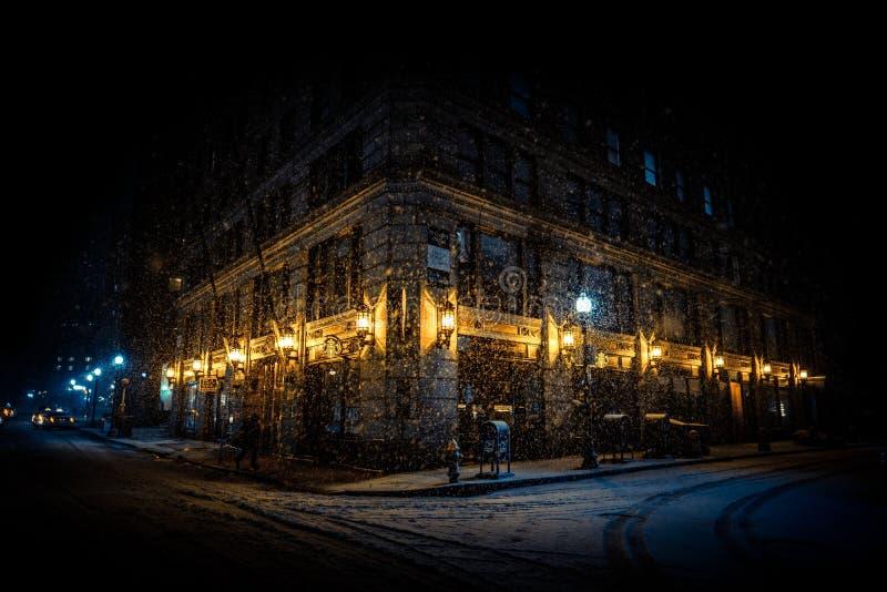Ljust tänt hörn av en byggnad på natten arkivbild