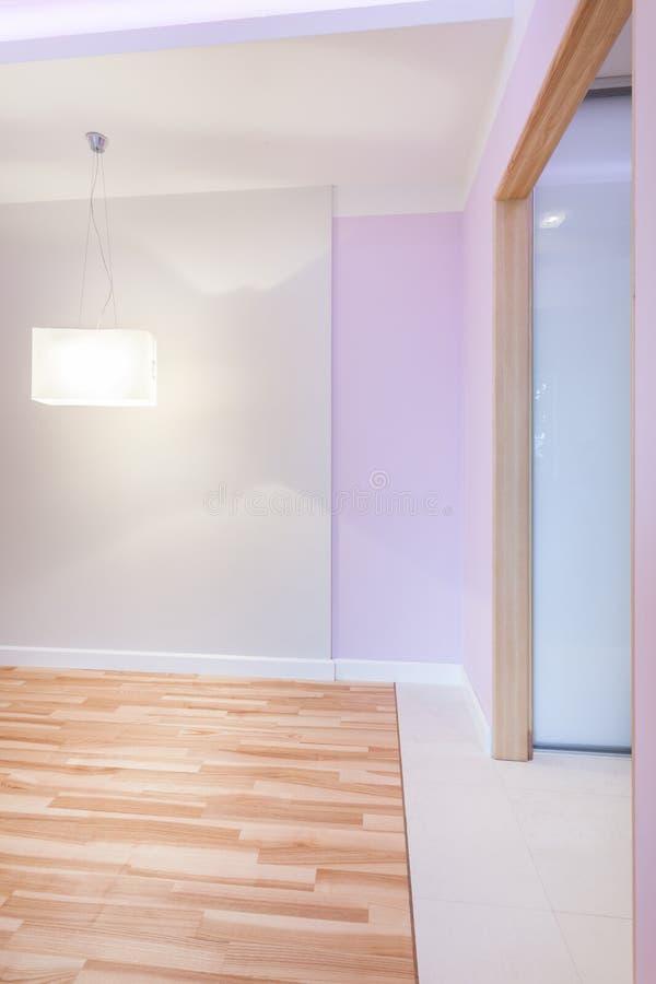 Ljust töm rum med violetta väggar royaltyfri foto