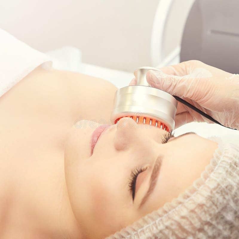 Ljust terapitillvägagångssätt Läka skönhetbehandling Kvinnaansiktsbehandlingapparat Anti-ålder och skrynkla royaltyfri foto