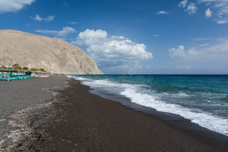 Ljust turkoshav och blå himmel, Perissa strand, Santorini ö, Grekland Härlig sommarliggande royaltyfri bild