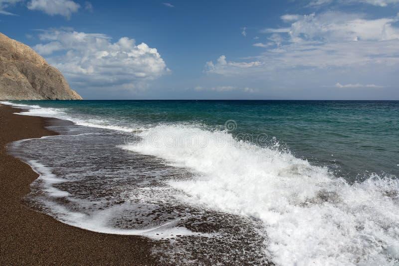 Ljust turkoshav och blå himmel, Perissa strand, Santorini ö, Grekland Härlig sommarliggande arkivfoto