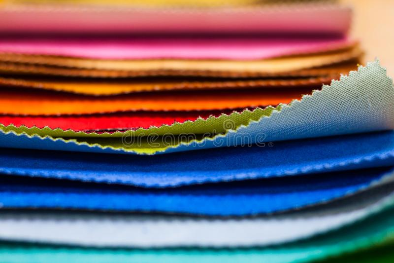 Ljust tyg av olika färger arkivfoton