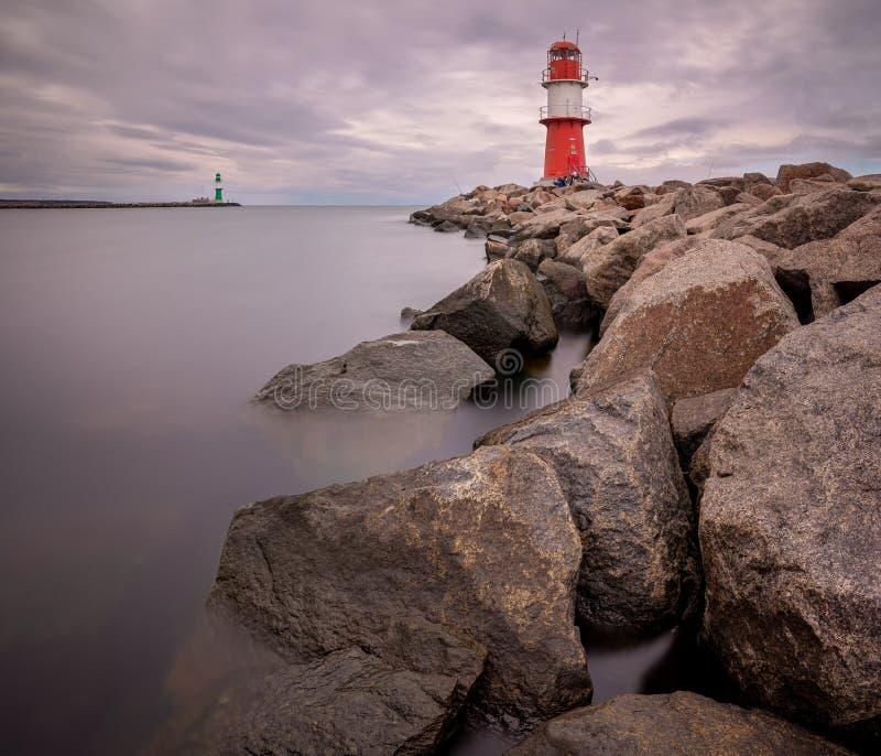 Ljustorn i hamnen Rostock-Warnemünde Mecklenburg-Vorpommern, Tyskland royaltyfria bilder
