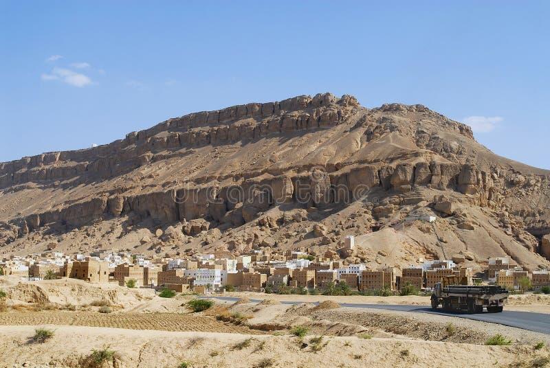 LKW überschreitet durch die Straße zur Stadt von Shibam in Shibam, der Jemen lizenzfreie stockbilder