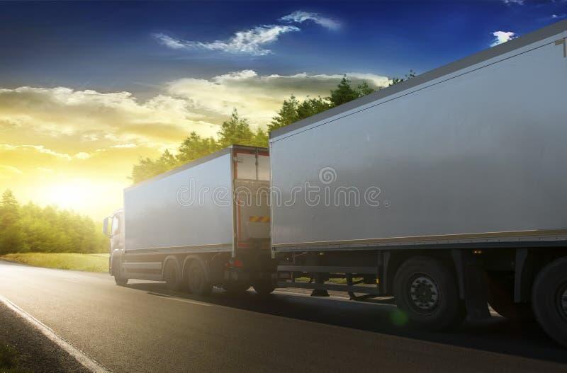 LKW-Anhänger auf der Autobahn lizenzfreies stockbild