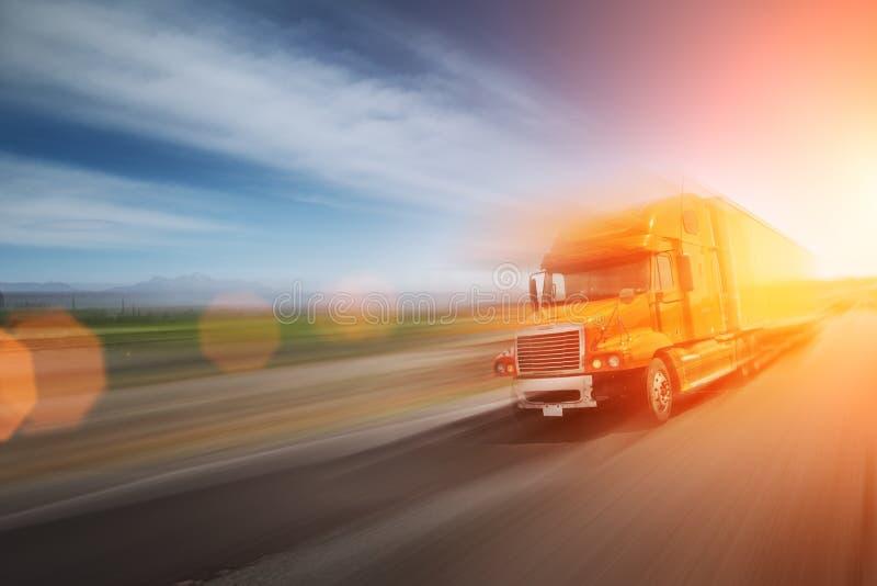 LKW auf Autobahn stockbilder