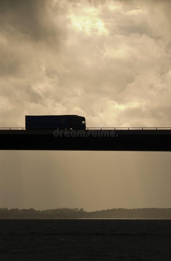LKW auf Brücke stockbild