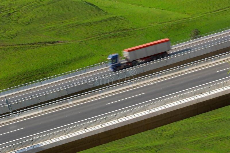 LKW auf einer Datenbahn lizenzfreie stockfotos