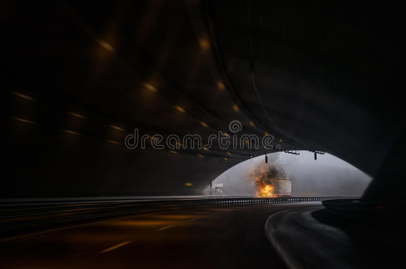 LKW auf Feuer unter einem Tunnel stockfotografie