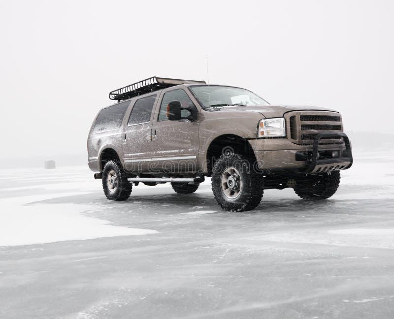 LKW auf gefrorenem See. lizenzfreies stockfoto