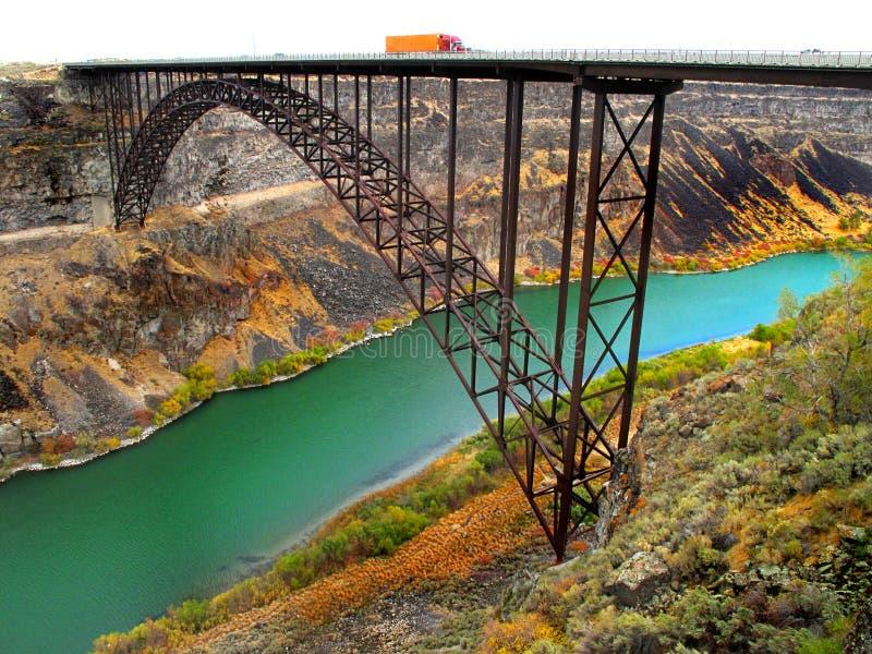 LKW, der auf Brücke antreibt lizenzfreies stockbild