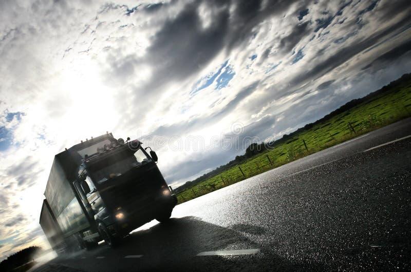 LKW, der auf country-road/antreibt stockfotos