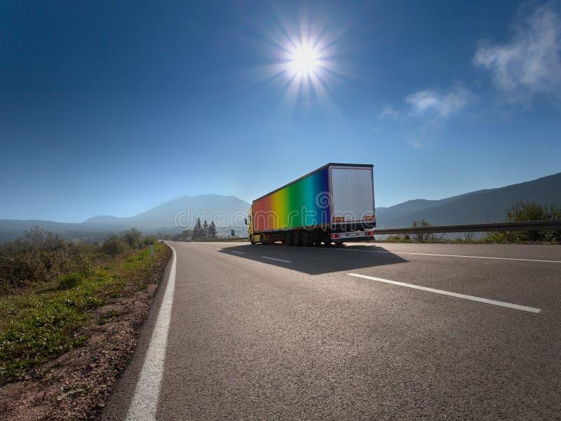 LKW in der Regenbogenfarbe auf der Autobahn stockbilder