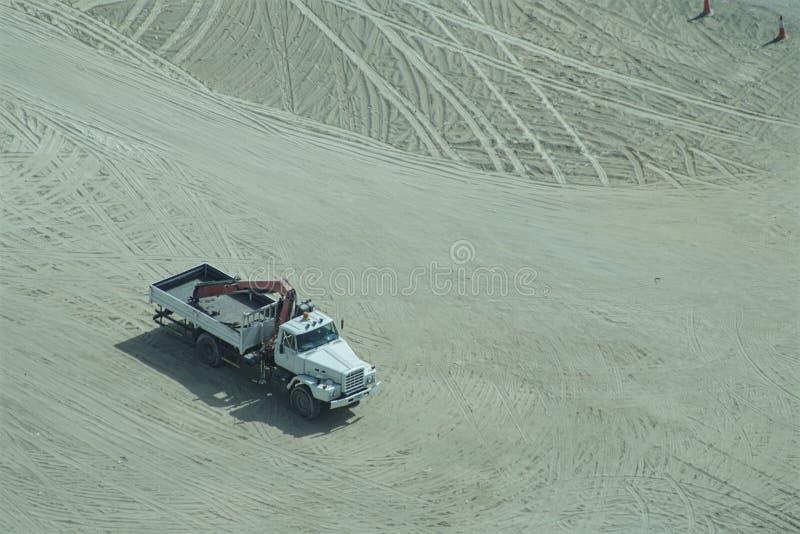LKW in einer Wüste stockbild