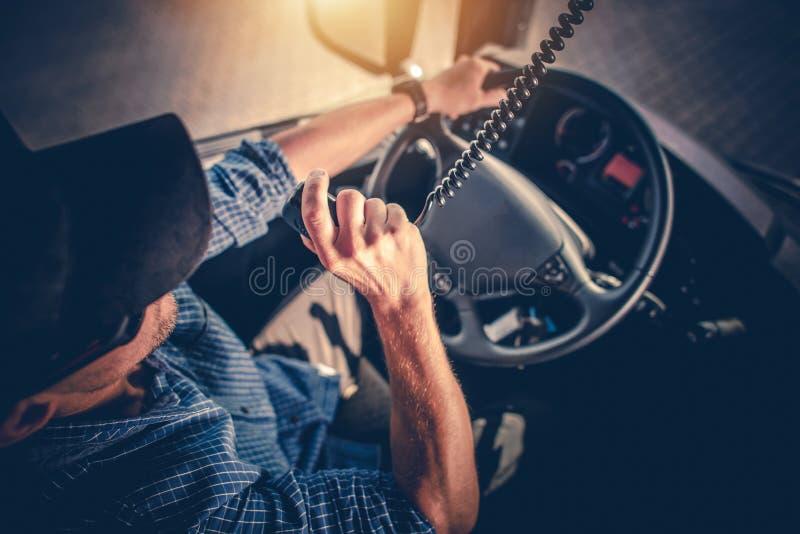 LKW-Fahrer CB Radio Talk stockfotografie