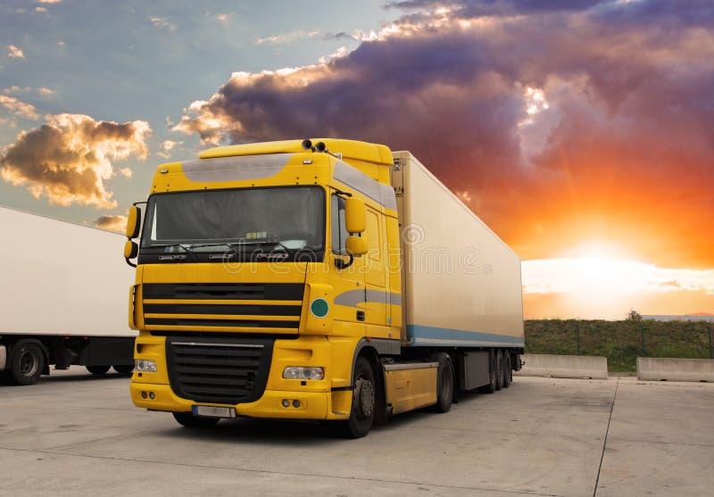 LKW - Frachttransport mit Sonne lizenzfreie stockbilder