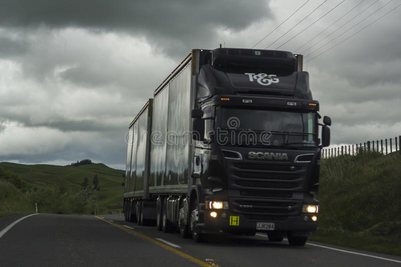 LKW gibt Straße weiter lizenzfreie stockfotos