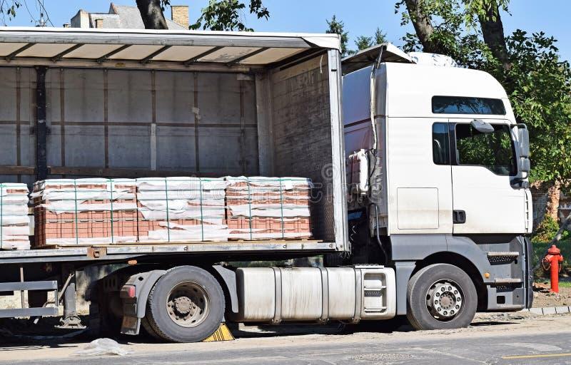 LKW liefert Pflastersteine stockbilder