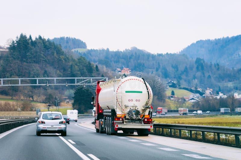 LKW mit Zisterne an Straße Fernlastfahrer auf Landstraße lizenzfreie stockbilder