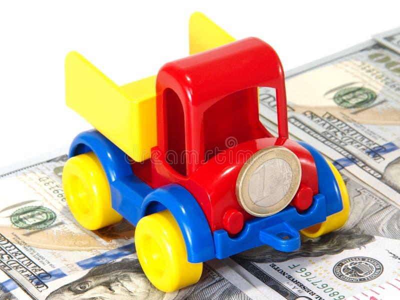 LKW-Spielzeug auf der Straße vom Geld lizenzfreie stockbilder