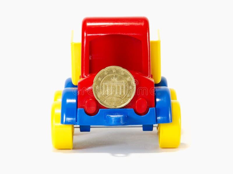LKW-Spielzeug auf der Straße vom Geld stockfoto