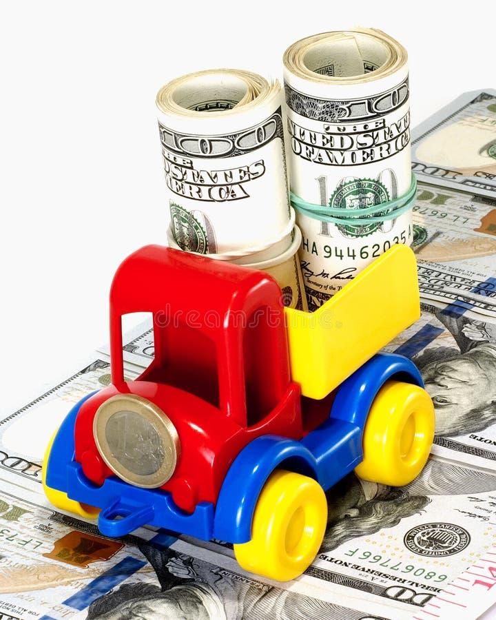 LKW-Spielzeug auf der Straße vom Geld lizenzfreies stockfoto