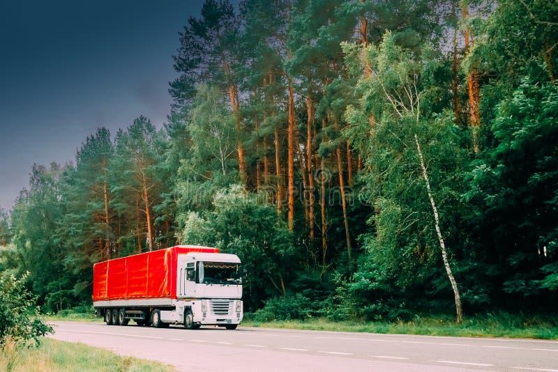 LKW, Traktor-Einheit, Primärantrieb, Triebfahrzeug in der Bewegung auf Land-Straße lizenzfreie stockfotos