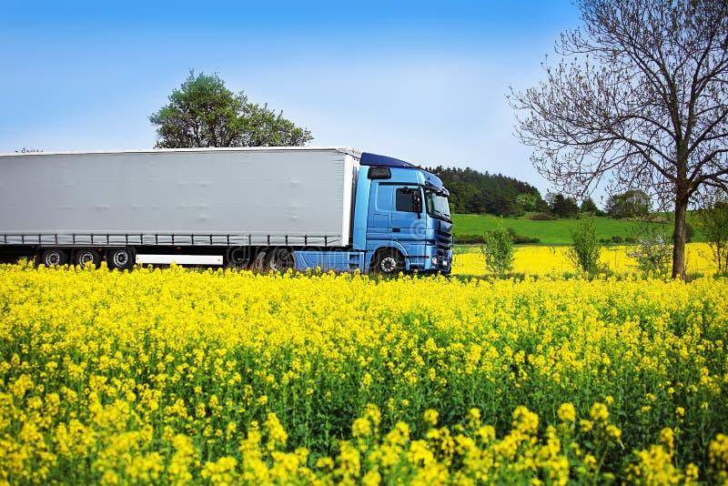 LKW-Transport auf der Straße lizenzfreies stockfoto