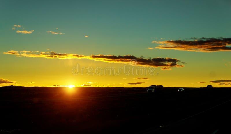 LKW-Transport bei dem Sonnenuntergang, der auf die Asphaltstraße fährt stockbild