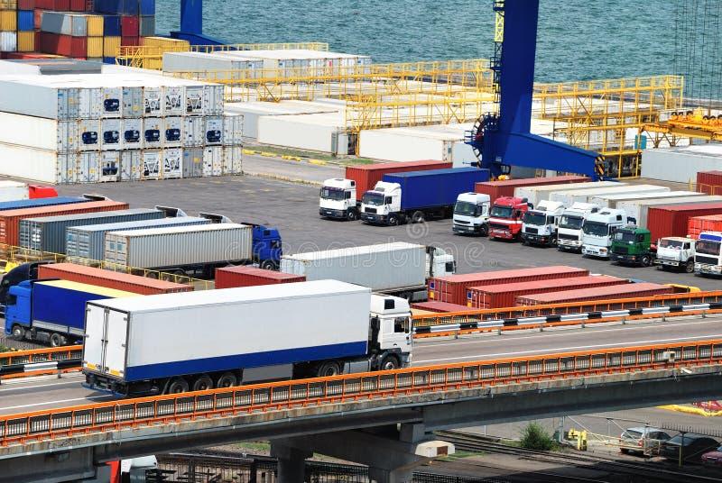 LKW transportiert Behälter, um nahe Meer einzulagern stockfotos