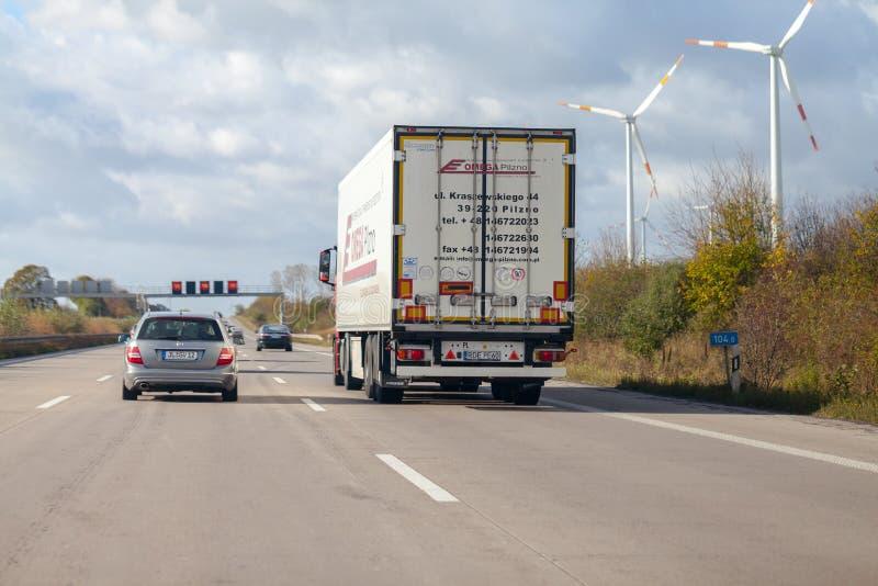 LKW vom polnischen Absender Omega Pilzno fährt auf deutsche Autobahn A2 lizenzfreie stockbilder