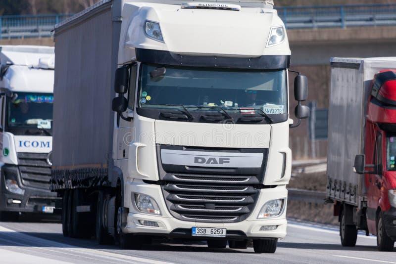 LKW von einem tschechischen Absender fährt auf deutsche Autobahn stockfotos