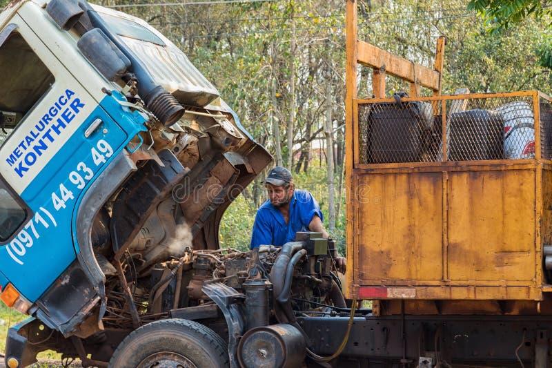 LKW-Zusammenbruch auf einer Landstraße in Paraguay Überhitzte Maschine, Dampfentweichen stockfoto