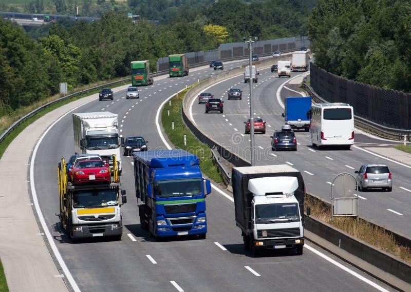 LKWs auf der Autobahn stockbild