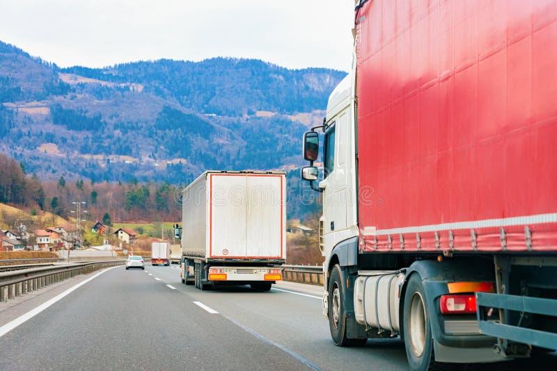 LKWs auf Straße Fernlastfahrer auf Landstraße Lastwagen, der Logistikarbeit erledigt lizenzfreies stockfoto