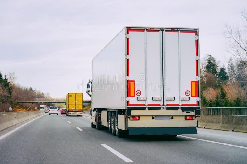 LKWs in Straße Fernlastfahrer auf Landstraße Lastwagen, der Logistikarbeit erledigt lizenzfreie stockfotografie
