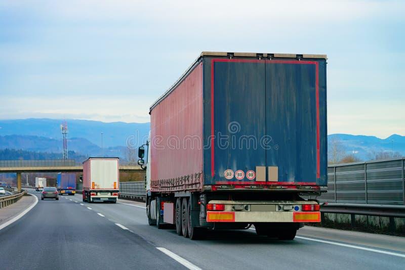 LKWs in Straße Fernlastfahrer in Landstraße Lastwagen, der Logistikarbeit erledigt stockbild