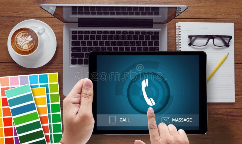LLÁMEME nos entran en contacto con que la pregunta de la ayuda de servicio de atención al cliente llama por favor fotos de archivo libres de regalías