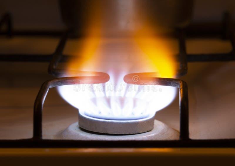 Llama amarillo-naranja del gas Gas amarillo ardiendo en la estufa llamas de gas de un recurso natural de la estufa de gas de la c fotografía de archivo libre de regalías