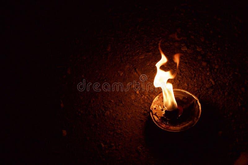 Llama ardiente de la lámpara de aceite imagen de archivo