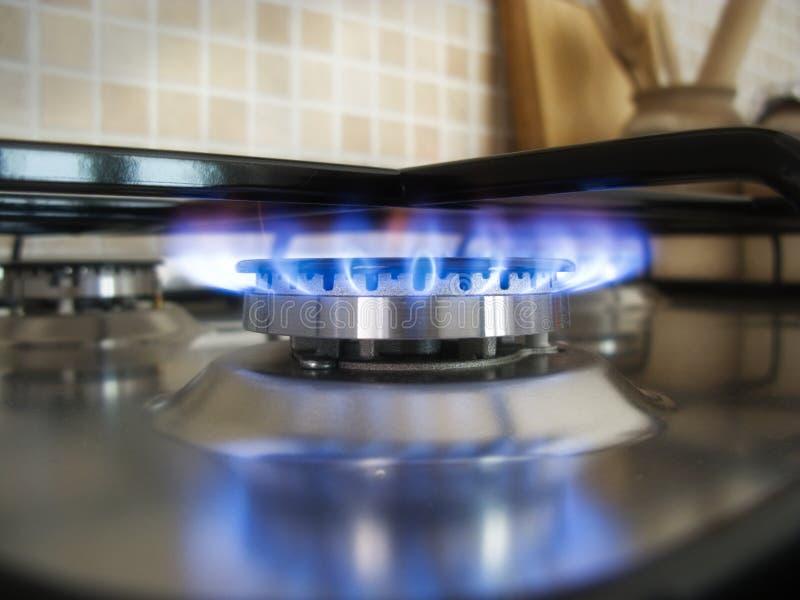 Llama azul de la cocina en una hornilla imagen de archivo