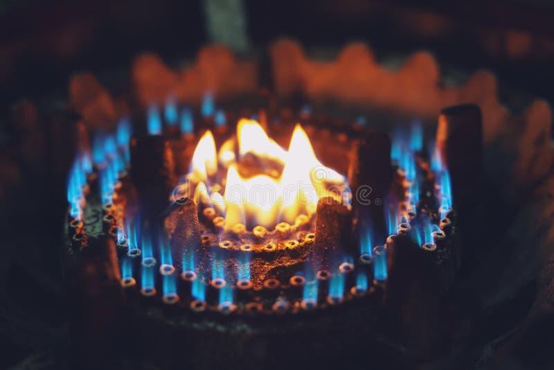 Llama azul del fuego avellanador ardiente de la hornilla de la estufa de gas en la cocina imagen de archivo libre de regalías