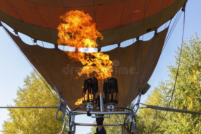 Llama brillante del fuego de un mechero de gas para llenar el globo de aire caliente foto de archivo libre de regalías