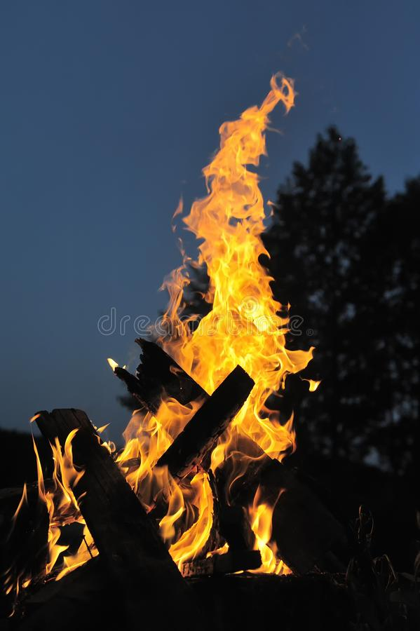 Llama de una hoguera ardiente con las chispas contra un cielo azul marino Primer foto de archivo libre de regalías