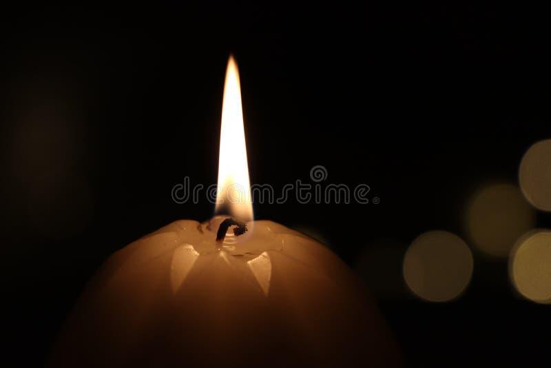 Llama de vela ardiente fotografía de archivo
