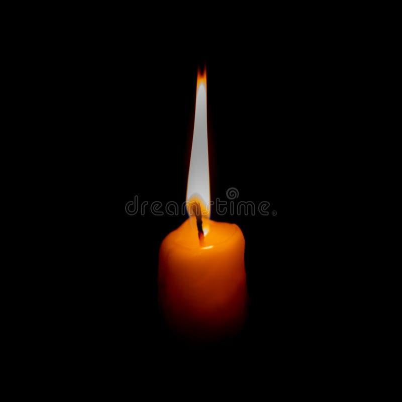 Llama de vela en una oscuridad Dolor y depresión, símbolo emocional de perder a gente amada Aislado en negro fotografía de archivo libre de regalías