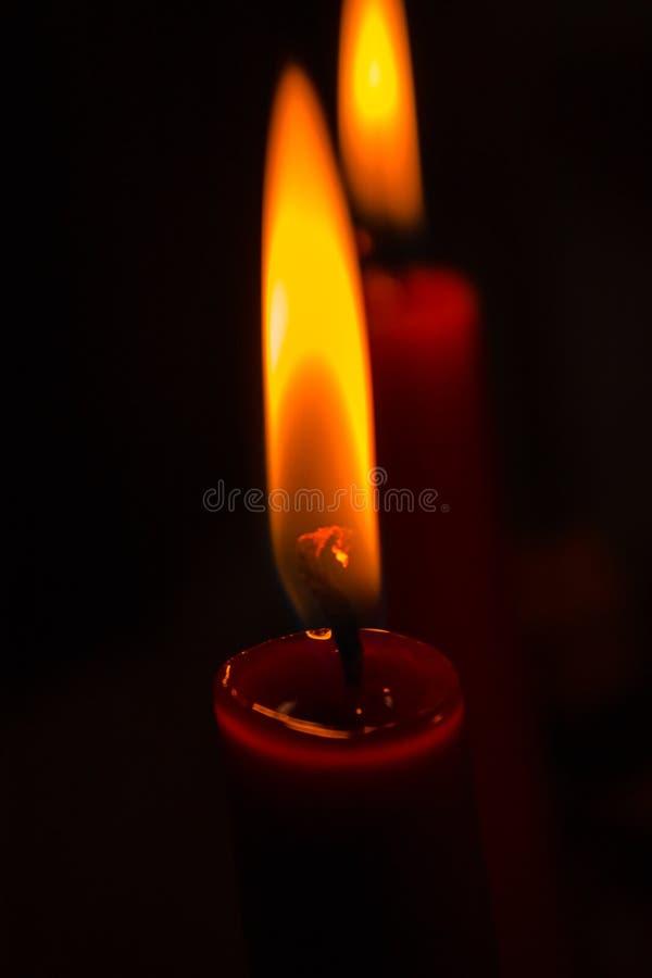 Llama de vela que quema en la noche fotos de archivo libres de regalías