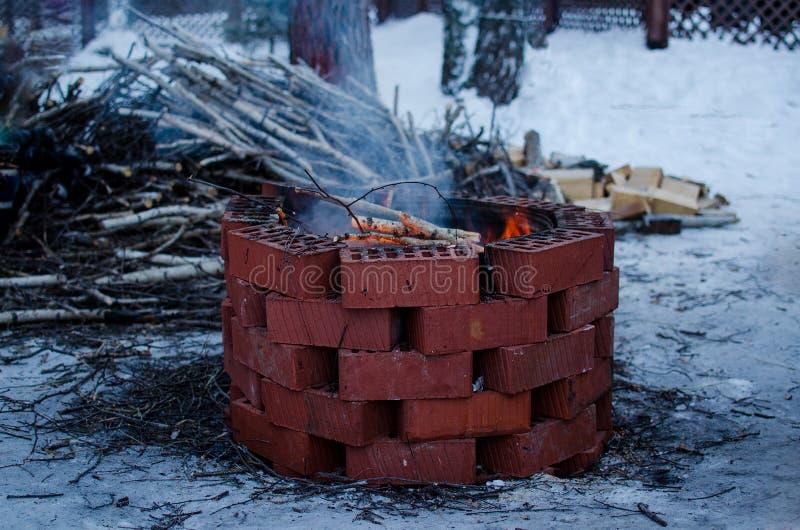 Llama del fuego en un hoyo del fuego foto de archivo
