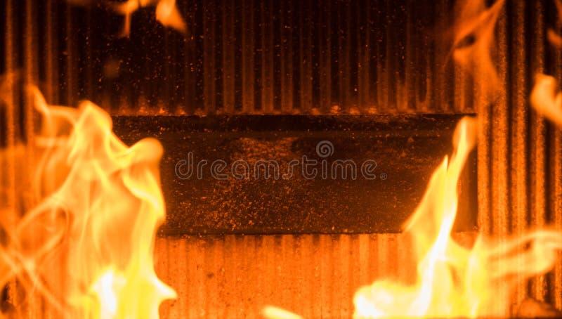 Llama en una hornilla de madera foto de archivo