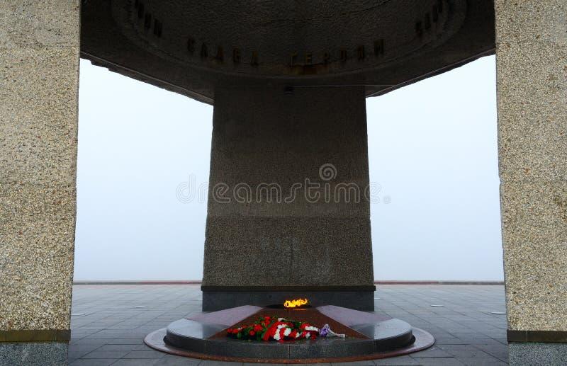 Llama eterna Complejo conmemorativo en honor de soldado-libertadores soviéticos, de partidarios y de combatientes subterráneos de imagen de archivo libre de regalías